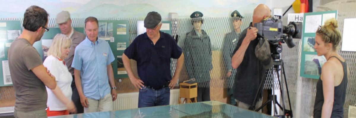 Mehrere Besucher stehen um ein Exponat